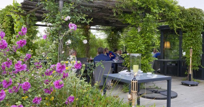 Restaurant-terrasse-pergola-fleurs-nature