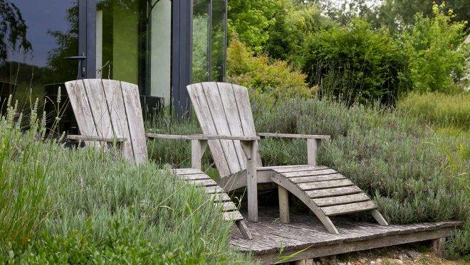 accueil-Domaine-de-bellevue-fauteuil-transat-bois