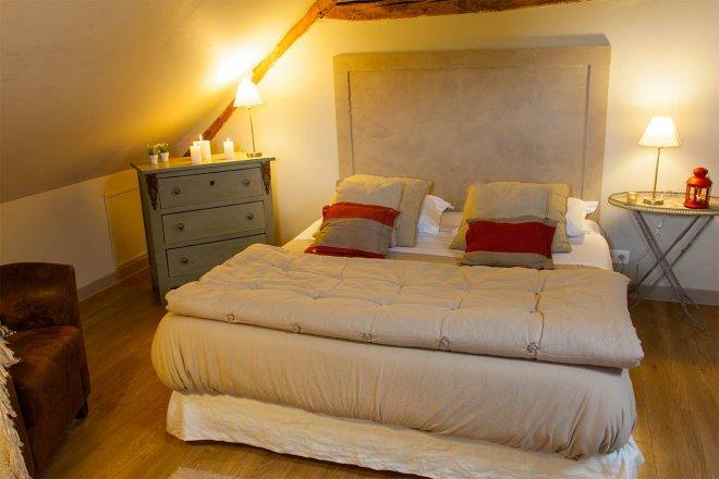 chambre-standard-duplex-lit-commode-fauteuil-decoration-detente-hotel-restaurant-spa-domaine-de-bellevue-seine-et-marne-paris