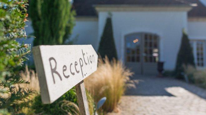 Panneau reception à l'accueil du Domaine de Bellevue hotel, restaurant et SPA proche de Paris pour un diner, weekend ou séjour au calme ou romantique à quelques minutes de Paris