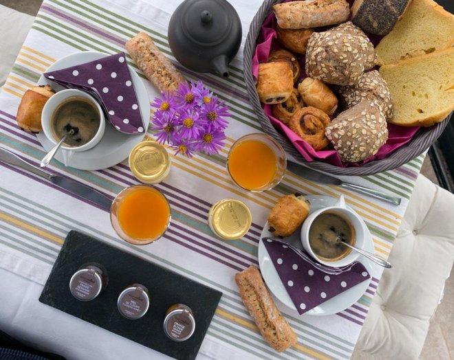 petit-dejeuner-cafe-jus-fruit-pain-chocolat-yaourt-fermier