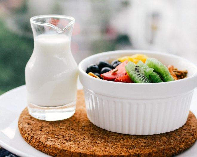 petit-dejeuner-carafe-lait-bol-salade-fruits-frais