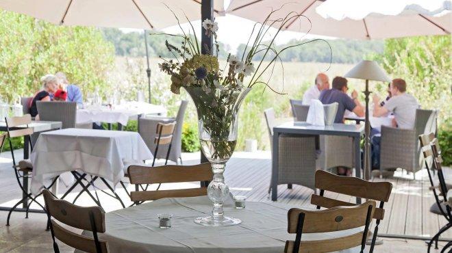 vue de la terrasse au sein de la vernale du domaine de Bellevue pour un repas sous le soleil et au calme pour un déjeuner, un diner au calme a quelques minutes de Paris.