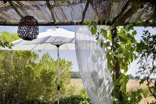 restaurant-terrasse-pergola-voilage-parasol