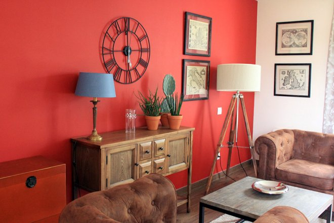 superieur-duplex-chambre-buffet-bois-cactus-canape-cuir-mur-rouge-coquelicot-horloge-murale