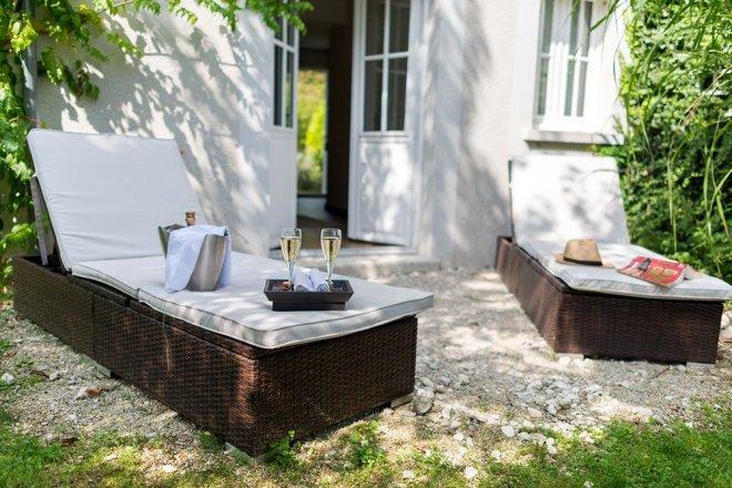 superieur-duplex-chambre-hotel-terrasse-jardin-transat-champagne-coupe