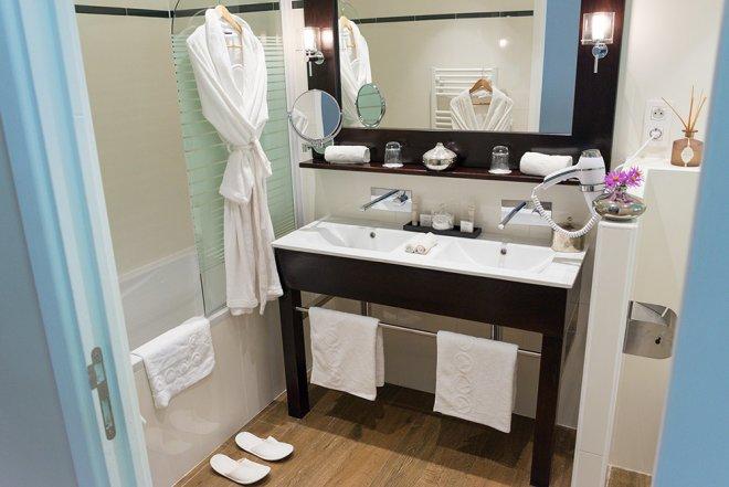 superieur-duplex-salle-de-bain-peignoir-double-vasque-baignoire-seche-cheveux-miroir-serviette-hotel-seine-et-marne-disneyland-paris