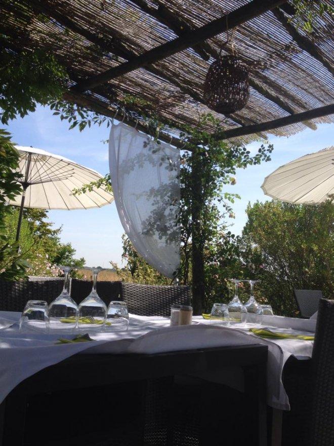 Vue de la terrasse du restaurant du domaine de bellevue sous la pergola pour profiter du paysage, de la nature et bien manger. Près de paris et disneyland.