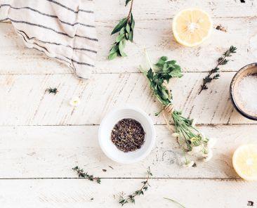 herbes-aromatiques-citron-sel-fleur-torchon-bois-planche