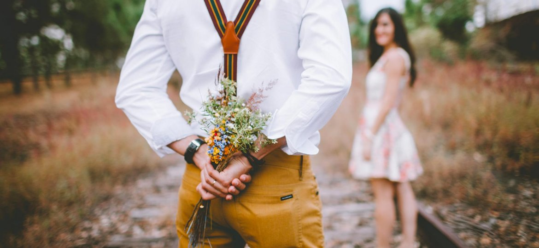 couple-amoureux-bouquet-fleurs-campagne-nature