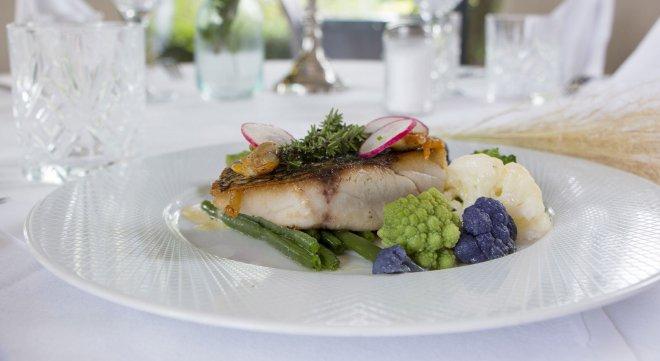 dejeuner-diner-table-restaurant-poisson-viande-legumes-saison