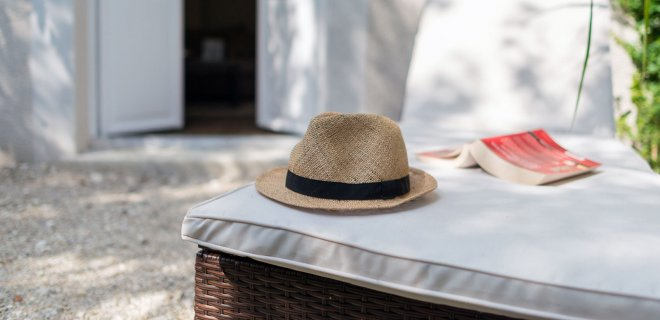 hotel-chambre-transat-chapeau-livre-repos-soleil