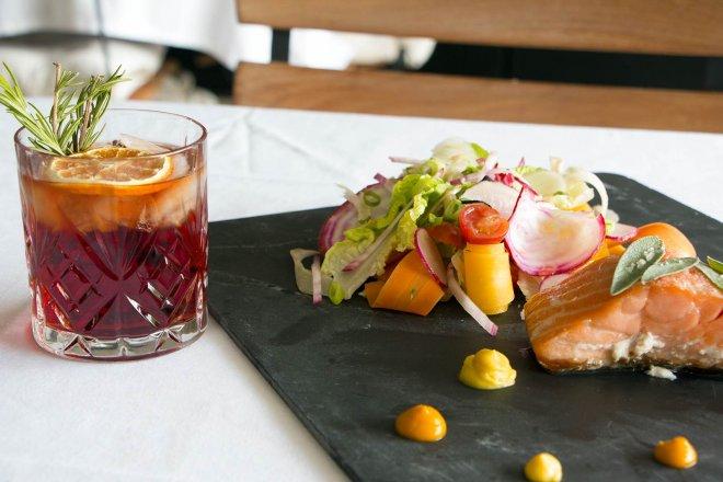 pave-saumon-salade-legumes-croquant-verre-aperitif-americano