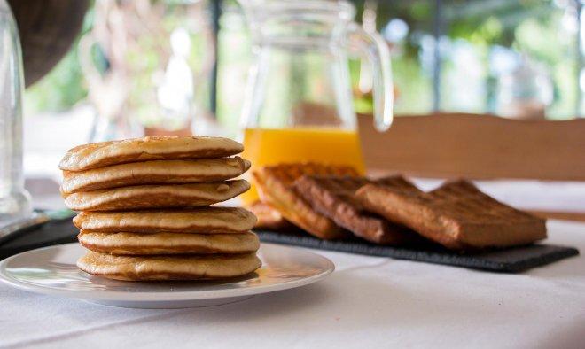 petit-dejeuner-breakfast-pancake-gaufre-fait-maison-jus-orange