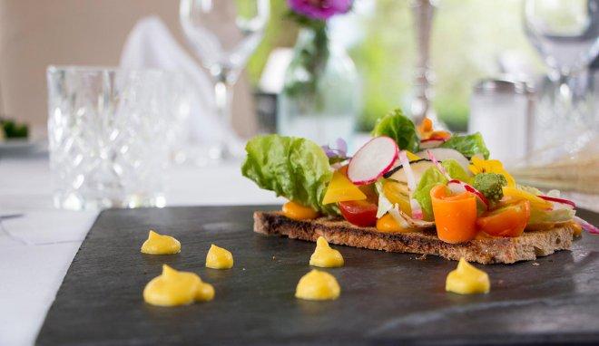 restaurant-carotte-radis-salade-croquante-pain-grille-tomate-cerise