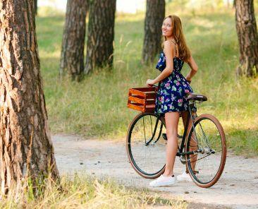 femme-balade-velo-bois-foret-campagne-nature-proche-paris